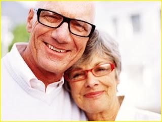 Imagem de casal de idosos com ar feliz