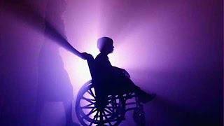 Imagem de mãe a empurrar cadeira de rodas de criança