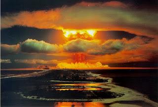 champignon atomique sur l'océan