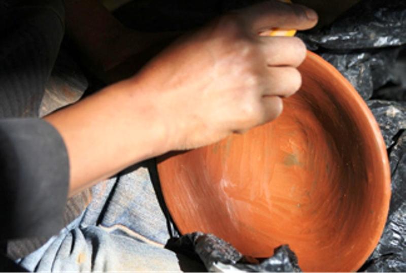 Huagra aupa mujeres de cera moldean sus sue os con barro for Vajillas completas