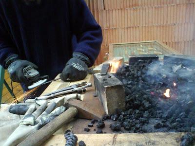 Premier jour des « journées portes ouvertes » du Domaine des Agates, avec, encore une fois, un temps dantesque. Le feu de la forge n'est pas de trop pour me réchauffer, mais que de difficultés à l'allumer.