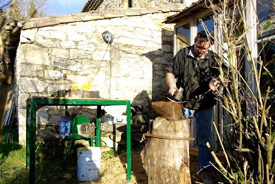 Les responsables de la ferme ont décidé de mettre une jolie petite véranda en guise d'entrée, ce pour protéger les permiers exposants des courants d'airs...