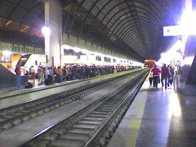 Interminable cola de personas esperando el Regional Sevilla-Cádiz