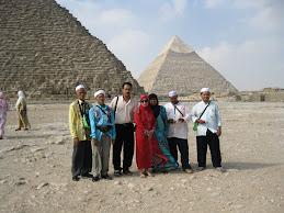 MESIR; bersama famili di hadapan piramid