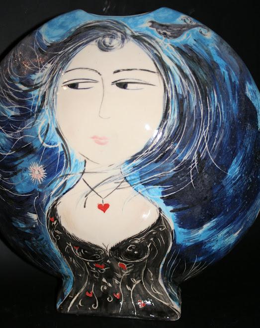 Femme aux cheveux bleus, à la pâquerette.
