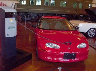 Una General Motors EV1 alla sua stazione di ricarica.