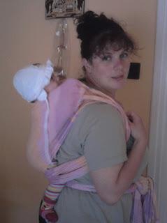 Szöveg: Mi a közös a képekben? Kép: más a kendő. Nagynéni hátán a gyermekcsomag.