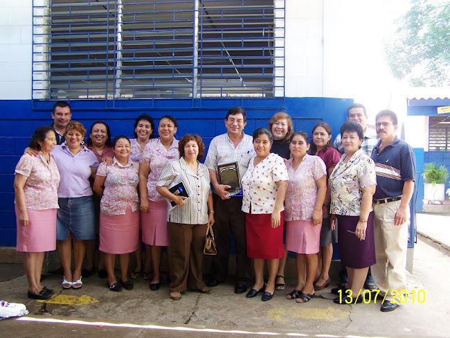 Docentes junto al Homenajeado: Ricardo Alfredo Amaya Nolasco