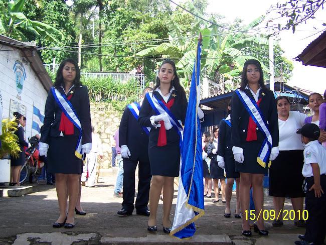 Nuestra Bandera en manos los Estudiantes
