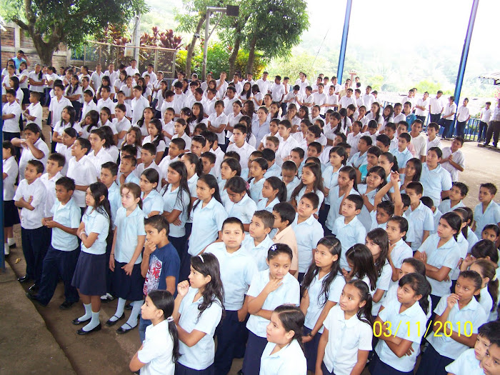 Estudiantes atentos al mensaje de la Presidenta Electa