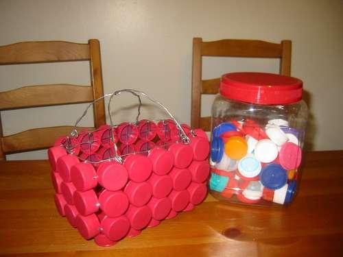 con las tapas de plástico ,checa este tutorial de reciclaje fácil