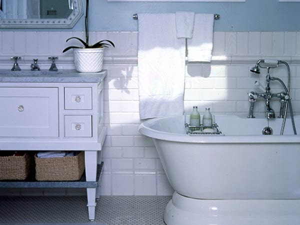 Simply decorated white bathrooms for Simply bathrooms