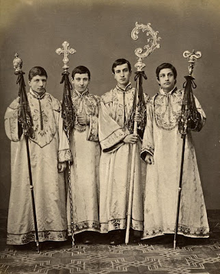 http://1.bp.blogspot.com/_7qrC24MxaYY/SVlFpqALLFI/AAAAAAAABGs/v0AVXoU2VLw/s400/castrati_choristers.jpg