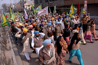 Farmers belonging to the 'Bharatiya Kisan Union' (BKU) shout slogans during a rally at Amritsar to protest the killing of their leader, Sadhu Singh Takhtupura