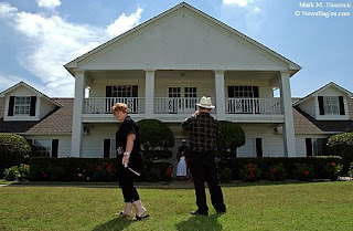 Perfect Margaret And Clifford Royal Of Augusta, Ga. Make Photos Of Their Family In  Front Of The Southfork Ranch Mansion During A Tour At The Ranch In Parker,  Texas.