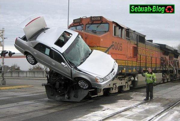 Gambar Kecelakaan Mobil Tabrakan
