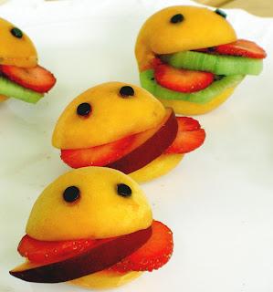 albicocche con fette di fragola kiwi e banana