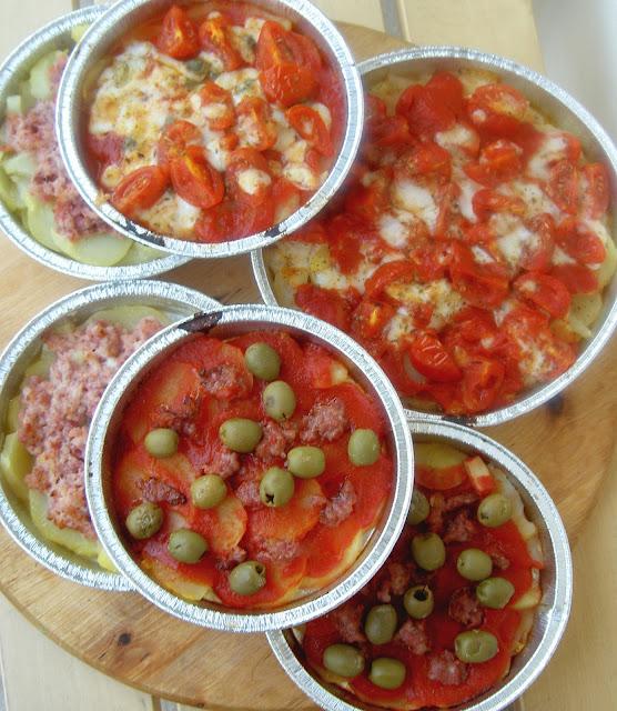 pizza di patate con stracchino salsiccia pomodori e capperi origano