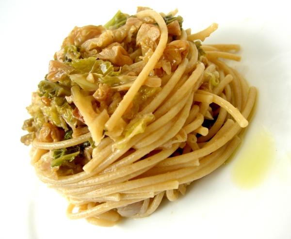 spaghetti integrali con verza, cipolle e noci