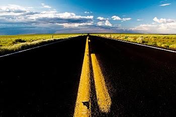 Voz do que clama no deserto; Preparem o caminho para o Senhor, façam veredas retas para Ele.