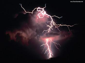 Tu Senhor manténs acesa a minha lâmpada, o meu Deus transforma em luz as minhas trevas.