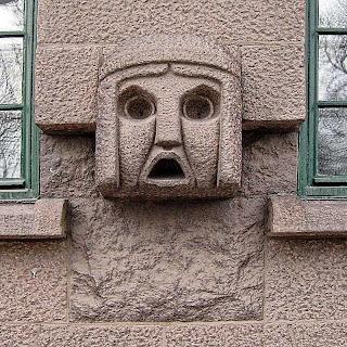 En prydnad på en husvägg.