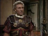 Picard med svärd och sandaler.