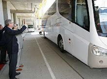 El autobús del COI, llegando ante el faraón de Madríz,