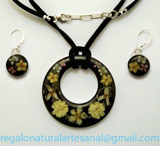 conjunto de colgante y pendientes con flores naturales plata