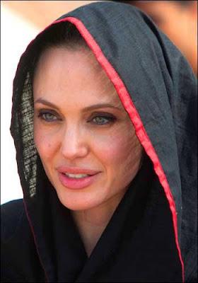 http://1.bp.blogspot.com/_8GlPZ_EWP94/TL4yqtUCk4I/AAAAAAAACTg/-9k7dgX3134/s400/angelina+jolie+in+pakistan.jpg