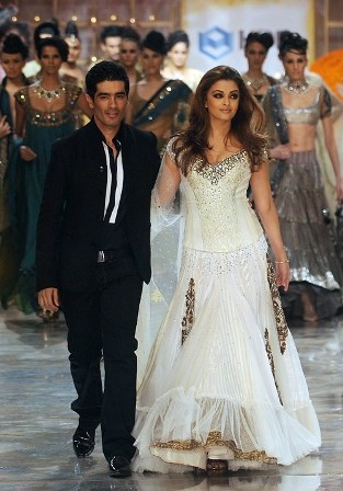 Gorgeous Aishwarya Rai at HDIL India Couture Week 2010 Pictures