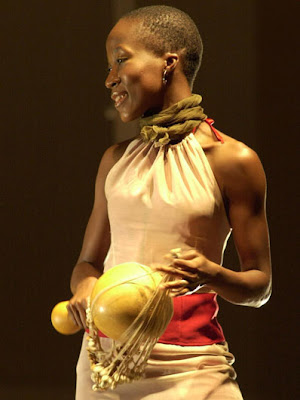 Assista vídeo/performance Rokia Traoré no site do selo Nonesuch