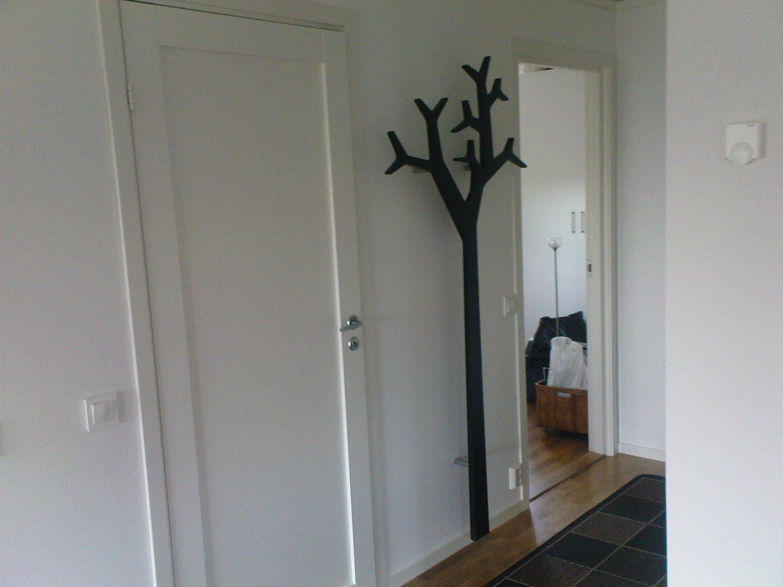 Signerat J& P bygget på Kärra Ett träd i hallen