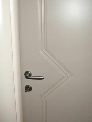 Strano ci piace incidenti domestici appesa per il seno alla maniglia della porta - Smontare maniglia porta ...