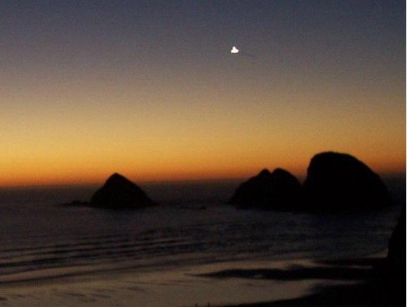 [UFO-October-13-2004-Oceanside-Oregon-USA.jpg]