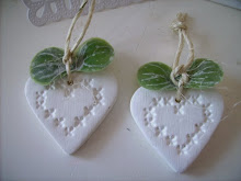 Handgjorda vita lerhjärtan....