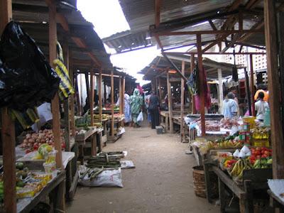 Puestos de verdura en el mercado de Bata
