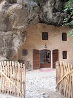 Casa feta dins la mateixa pedra de muntanya