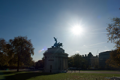 Wellington arch against the sun