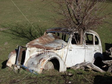[ist2_2053037-abandoned-very-old-car.jpg]