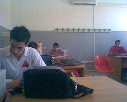 Questi sono alcuni ragazzi della diabolika mentre la prof di matematica spiega...