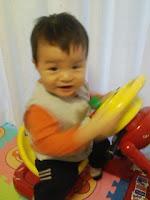 アンパンマンキッズドライバーに箱乗りする息子の見事な運転裁きの巻。