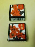 花札の梅柄をモチーフにしたチロルチョコ青梅の巻。