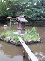 埼玉県越谷市の久伊豆神社の池の祠にかかった橋の巻。