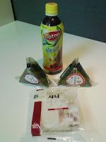 朝食はコンビニで買った紅茶とパンとおにぎりの巻。