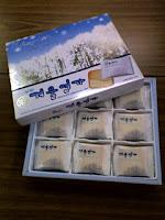 韓国旅行のお土産、知人には白い恋人のようなクッキーの巻。