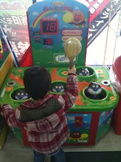 ビッグボウル越谷のアンパンマンかくれんぼ大作戦ミニ!で遊ぶ息子
