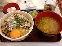 すき家のお好み牛玉丼とん汁セット特盛800円を食べた感想。