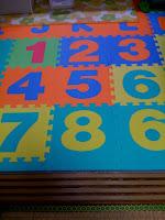 台所にしいた英数字の面白いマット。