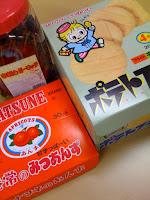 越谷市の市場で買って来たたくさんの駄菓子。